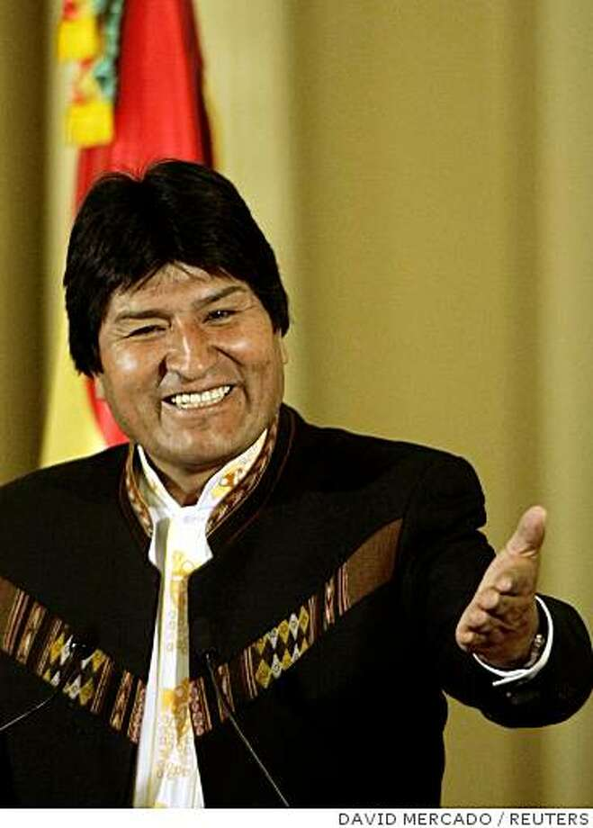 Bolivia's President Evo Morales jokes during a news conference at the presidential palace in La Paz after winning a landslide national recall election vote August 11, 2008.  REUTERS/David Mercado    (BOLIVIA) Photo: DAVID MERCADO, REUTERS