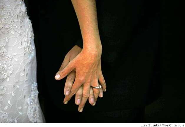 Carrie Shellhammer and Zachary Chown hold hands while posing for wedding photos. Photo: Lea Suzuki, The Chronicle