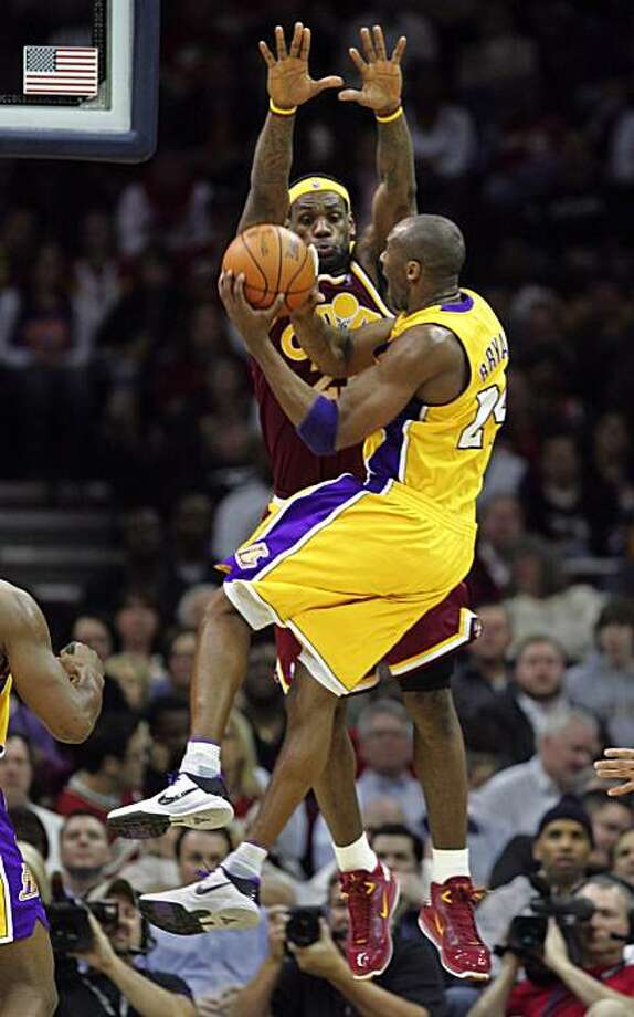 Cleveland Cavaliers forward LeBron James defends Los Angeles Lakers guard Kobe Bryant during third-quarter action at Quicken Loans Arena in Cleveland, Ohio, Thursday, January 21, 2010. The Cavaliers defeated the Lakers, 93-87. (Phil Masturzo/Akron Beacon Journal/MCT) Photo: Phil Masturzo, MCT
