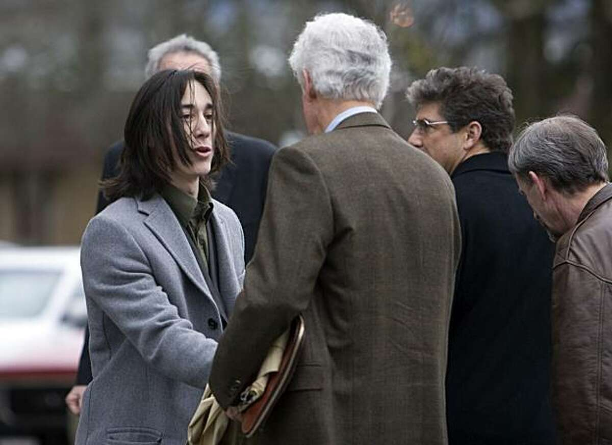 Tim Lincecum shakes hands with Giants managing partner Bill Neukom following Lincecum's hearing in front of the Clark County District Court in Vancouver, Wash., Tuesday morning. Lincecum, the Giants pitcher and national league Cy Young Award winner for the past two seasons, was in court on marijuana charges.