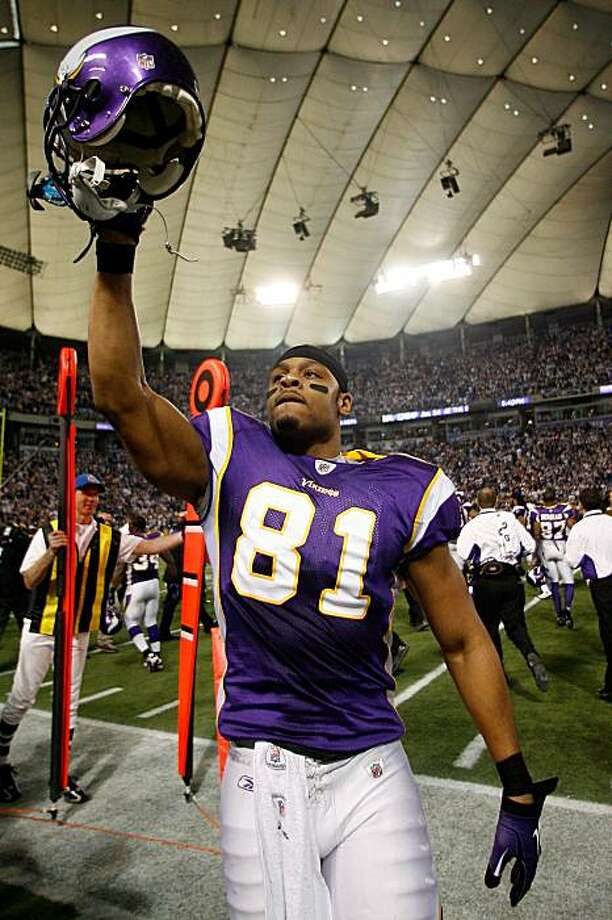 MINNEAPOLIS - JANUARY 17:  Tight end Visanthe Shiancoe #81 of the Minnesota Vikings walks off the field after defeating the Dallas Cowboys 34-3 during the NFC Divisional Playoff Game at Hubert H. Humphrey Metrodome on January 17, 2010 in Minneapolis, Minnesota. Photo: Elsa, Getty Images