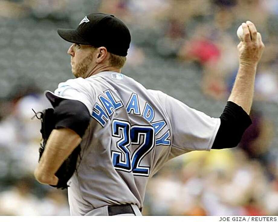 Toronto Blue Jays starting pitcher Roy Halladay delivers a pitch against the Baltimore Orioles in the fourth inning of their MLB American League baseball game in Baltimore, Maryland July 24, 2008.     REUTERS/Joe Giza     (UNITED STATES) Photo: JOE GIZA, REUTERS