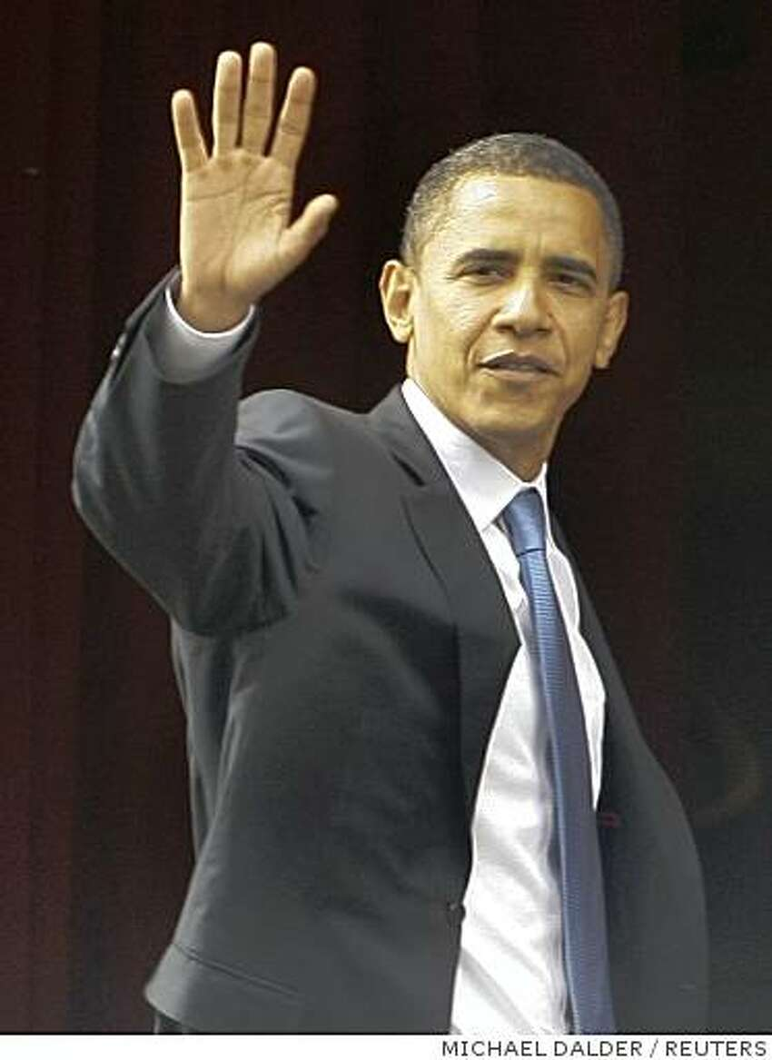 U.S. Democratic presidential candidate Senator Barack Obama waves to the crowd after his arrival at his hotel in Berlin, following talks with German Foreign Minister Frank-Walter Steinmeier July 24, 2008. Obama is expected to call on Europe to do more in hotspots like Afghanistan when he speaks in Berlin on Thursday in his only formal address of a week-long foreign tour. REUTERS/Michael Dalder (GERMANY) US PRESIDENTIAL ELECTION CAMPAIGN 2008
