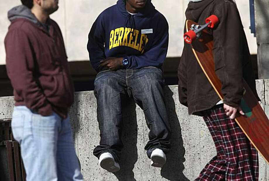 The week before the winter session is set to start at U.C. Berkeley,  students hang out and walk through Sproul Plaza on Wednesday January 13, 2009 in Berkeley, Calif.  A recent study has shown that public universities are succeeding at enrolling and assisting low-income students. Photo: Mike Kepka, The Chronicle