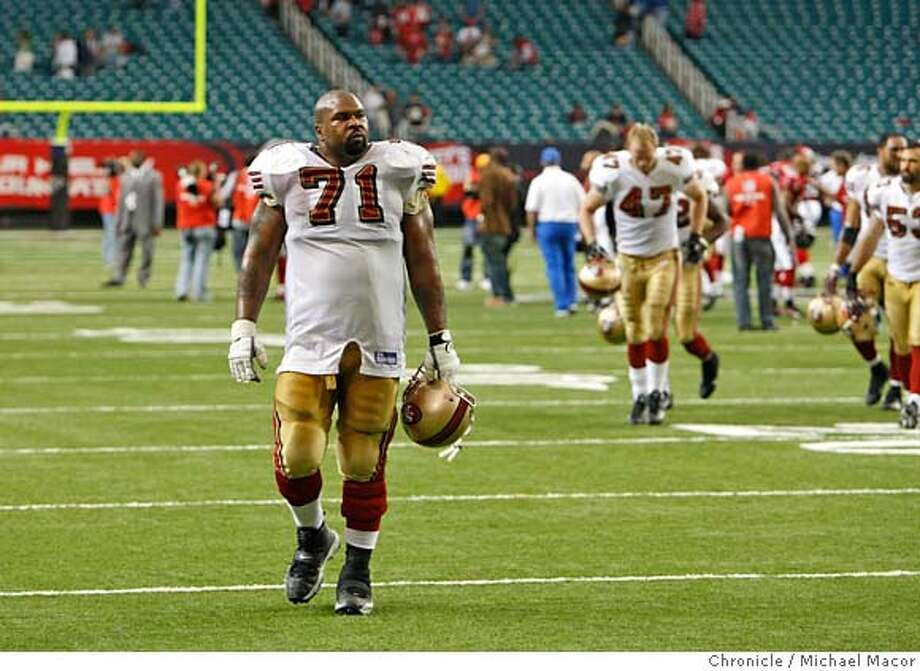 49ers05_961_mac.jpg San Francisco 49ers Larry Allen (71) leaves the field as San Francisco looses to Atlanta 20-16. NFL Football The San Francisco 49ers vs. The Atlanta Falcons. Michael Macor / The Chronicle Photo taken on 11/4/07, in Atlanta, GA, USA  Ran on: 12-23-2007  Larry Allen, 36, played two years with the 49ers after his 12 dominating years with the Dallas Cowboys Photo: Michael Macor