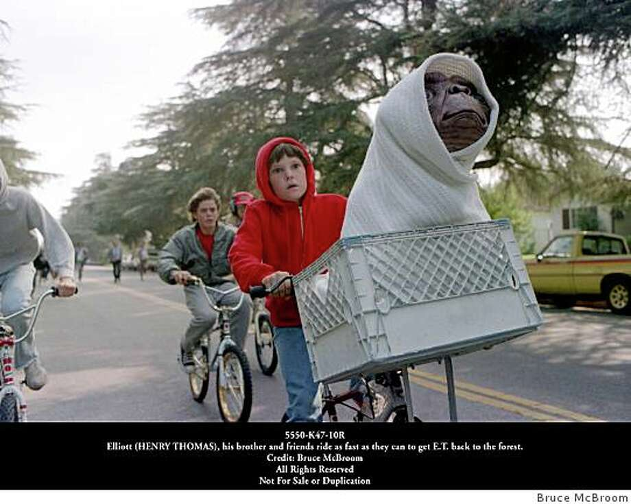 Elliott (HENRY THOMAS), his brother and friends ride as fast as they can to get E.T. back to the forest. Photo: Bruce McBroom, SFC