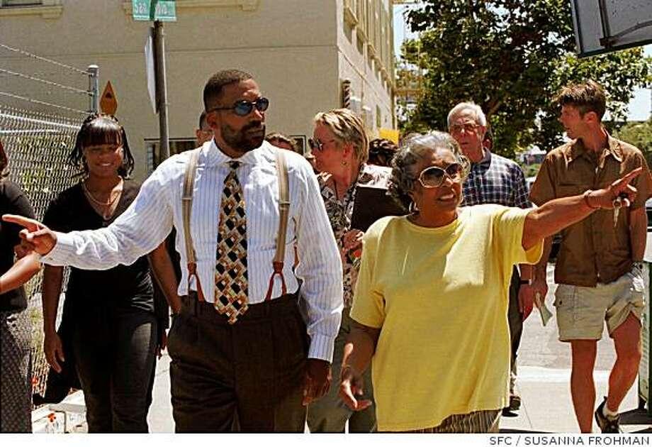 Robert Bobb walks along San Pablo Ave. Photo: SUSANNA FROHMAN, SFC