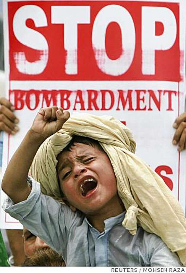 A boy chants anti-US slogans during a protest rally organised by Islamists against the U.S airstrikes in Pakistani tribal areas, in Lahore July 15, 2008. REUTERS/Mohsin Raza   (PAKISTAN) Photo: MOHSIN RAZA, REUTERS