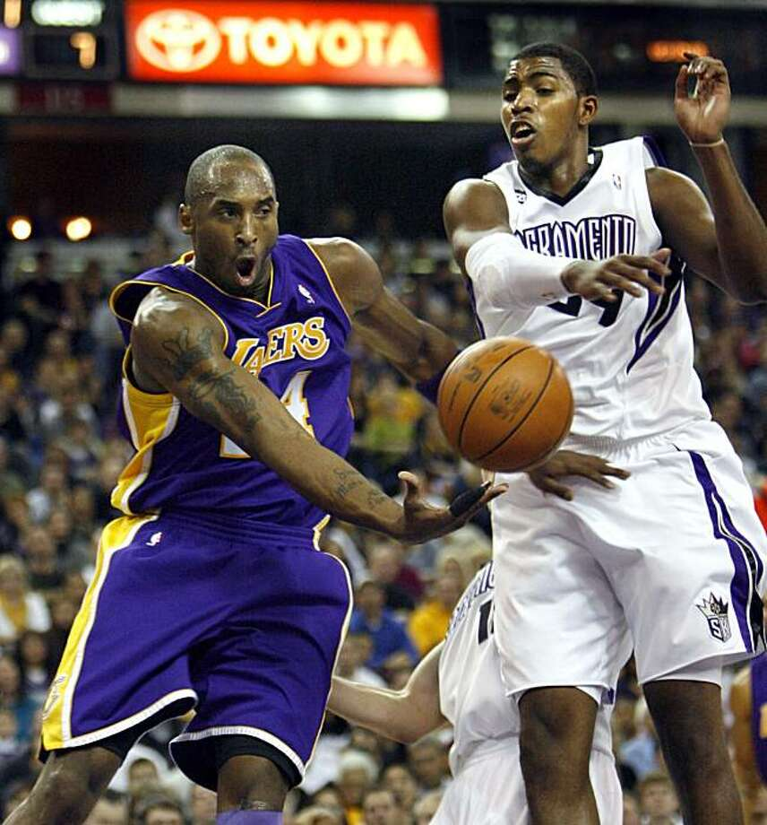 Los Angeles Lakers guard Kobe Bryant, dishes off a pass under the basket around Sacramento Kings' Jason Thompson, right, during the first half of an NBA basketball game in Sacramento, Calif., Saturday, Dec. 26, 2009. (AP Photo/Steve Yeater) Photo: Steve Yeater, AP