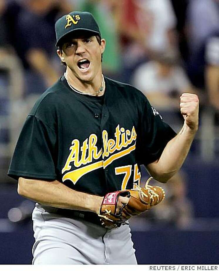 Oakland Athletics starting pitcher Barry Zito reacts to retiring Minnesota Twins batter Joe Mauer to end the eighth inning of Game 1 of the American League Divisional Series in Minneapolis, Minnesota in this October 3, 2006 file photo. Former Cy Young award winning pitcher Zito has signed a seven-year $126 million contract with the San Francisco Giants, the biggest ever for a Major League Baseball pitcher, local media reported on December 28, 2006. REUTERS/Eric Miller/Files (UNITED STATES) Photo: ERIC MILLER, REUTERS