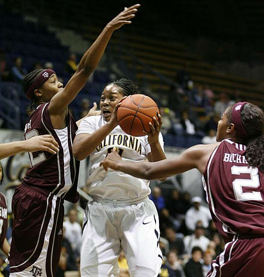 Texas A&M's Tanisha Smith, left,and Damitria Buchanan close in on California's Alexis Gray-Lawson, center, in the second half of the Colliers International Classic tournament championship NCAA college basketball game, Sunday, Dec. 6, 2009 in Berkeley, Calif.  Texas A&M won 68-61.  (AP Photo/Dino Vournas) Photo: Dino Vournas, AP