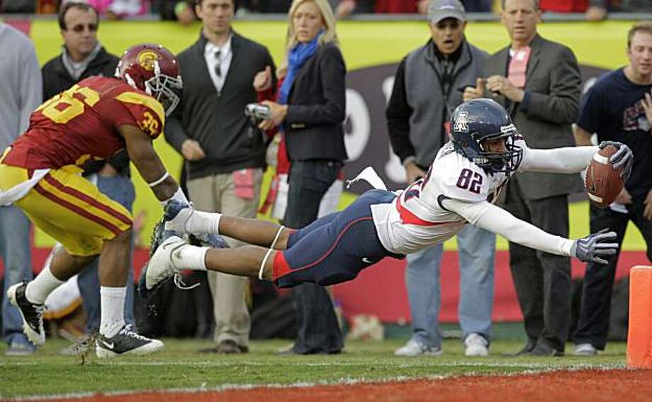 Arizona wide receiver Juron Criner, right, dives into the end zone to score a touchdown against Southern California during the second half of their NCAA college football game in Los Angeles, Saturday, Dec. 5, 2009. At left is USC's Josh Pinkard. Arizona won 21-17. (AP Photo/Jae C. Hong) Photo: Jae C. Hong, AP