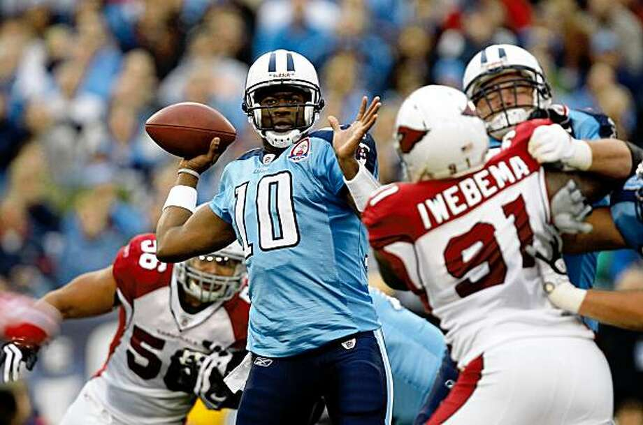NASHVILLE, TN - NOVEMBER 29:  Vince Young #10 of the Tennessee Titans drops back to pass against the Arizona Cardinals during their game at LP Field on November 29, 2009 in Nashville, Tennessee.  (Photo by Streeter Lecka/Getty Images) Photo: Streeter Lecka, Getty Images