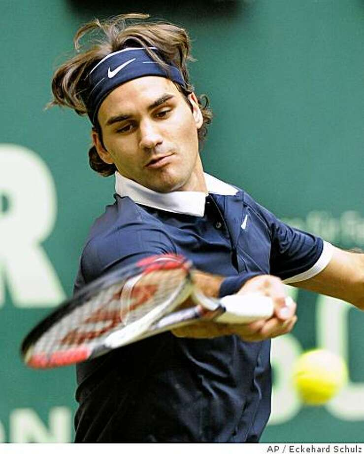 Switzerland's Roger Federer returns to Germany's Philipp Kohlschreiber during the final match of the ATP International Series tennis tournament Gerry Weber Open in Halle, western Germany, Sunday, June 15, 2008. Federer won 6-3, 6-4. (AP Photo/Eckehard Schulz) Photo: Eckehard Schulz, AP
