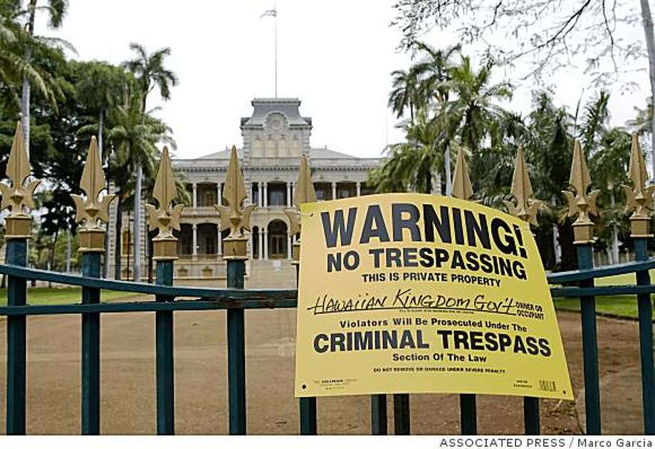 ** FILE ** In this April 30, 2008 file photo, a sign is posted on the gate of the Iolani Palace in Honolulu. A  Native Hawaiian group that advocates sovereignty locked the gates of the historic palace April 30, saying it would carry out the business of what it considers the legitimate government of the islands. (AP Photo/Marco Garcia, File) Photo: Marco Garcia, ASSOCIATED PRESS