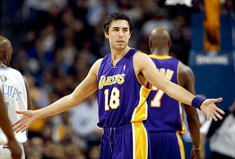Los Angeles Lakers guard Sasha Vujacic, of Slovenia, looks for direction from the bench as he takes the court to face the Denver Nuggets  in the third quarter of the Nuggets' 105-79 victory in an NBA basketball game in Denver on Friday, Nov. 13, 2009. (AP Photo/David Zalubowski) Photo: David Zalubowski, Associated Press