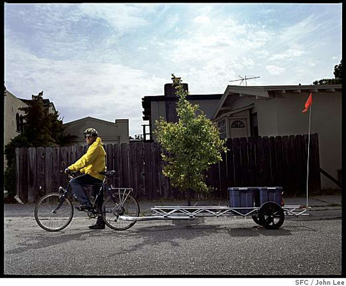 MAG_GREEN22_07_JOHNLEE.JPG BERKELEY, CA - MAY 24: Steve Greenberg (cq) with his bicycle and trailer, near his Berkeley home, the