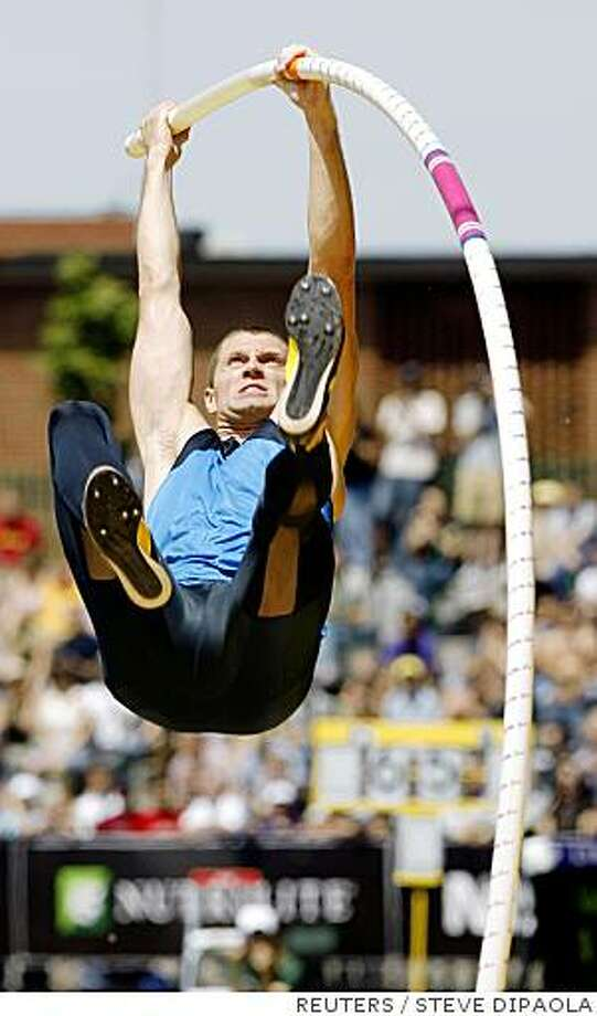 Brad Walker of the United States competes in the pole vault at the Prefontaine Classic track meet in Eugene, Oregon June 8, 2008.  Walker won the event with a new American record vault of 6.04 metres.  REUTERS/Steve Dipaola   (UNITED STATES) Photo: STEVE DIPAOLA, REUTERS