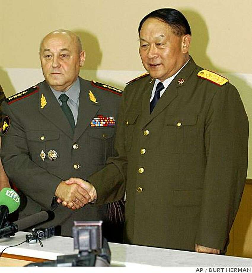 Head of the Russian armed forces general staff Gen. Yuri Baluyevsky, left, and Gen. Liang Guanglie, chief of the general staff of the Chinese People's Liberation Army shake hands at a news conference in Vladivostok, Russia Thursday, Aug. 18. 2005. Russia and China are launching their first-ever joint military exercises that run through Aug. 25. (AP Photo/Burt Herman) Photo: BURT HERMAN, AP