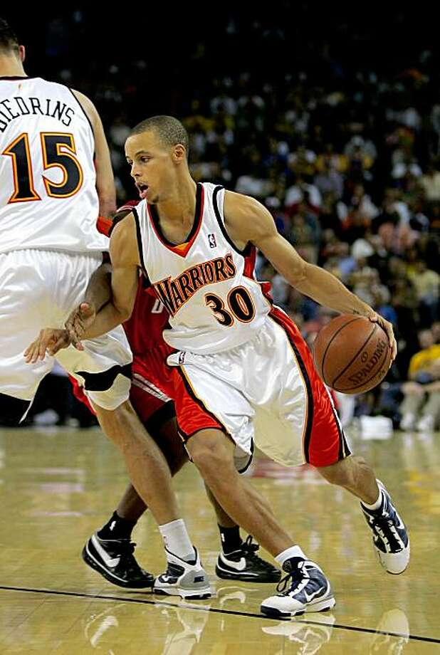OAKLAND, CA - OCTOBER 28:  Stephen Curry #30 of the Golden State Warriors dribbles around a pick during their game against the Houston Rockets at Oracle Arena on October 28, 2009 in Oakland, California.  (Photo by Ezra Shaw/Getty Images) Photo: Ezra Shaw, Getty Images
