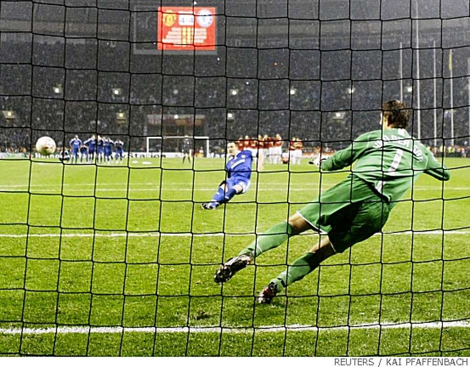 Chelsea's John Terry (L) misses a penalty shot against Manchester United's goalkeeper Edwin van der Sar during their UEFA Champions League final soccer match at the Luzhniki stadium in Moscow May 22, 2008.     REUTERS/Kai Pfaffenbach (RUSSIA) Photo: KAI PFAFFENBACH, REUTERS
