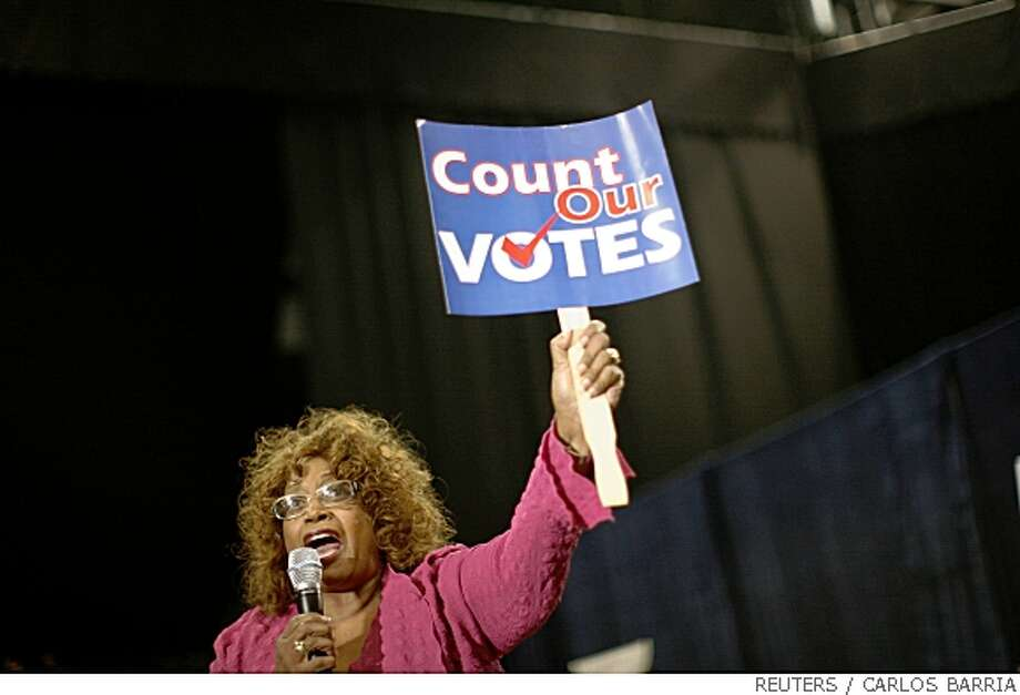 A supporter of U.S. Democratic presidential candidate Hillary Clinton (D-NY) holds a sign during a campaign event at the University of Miami, Florida May 21, 2008.    REUTERS/Carlos Barria    (UNITED STATES)   US PRESIDENTIAL ELECTION CAMPAIGN 2008 (USA) Photo: CARLOS BARRIA, REUTERS