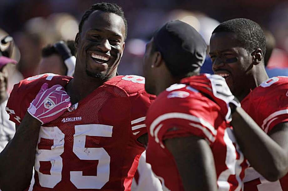 49ers tight end Vernon Davis laughs with teammates Brandon Jones, center and Josh Morgan. The San Francisco 49ers beat the St. Louis Rams at Candlestick Park in San Francisco on Sunday. Photo: Carlos Avila Gonzalez, The Chronicle