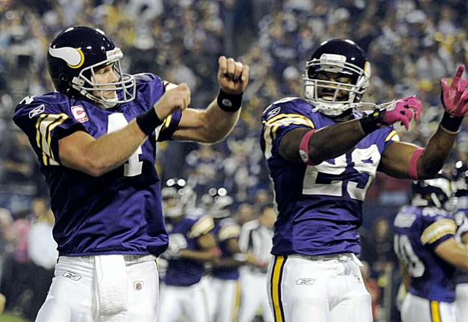 Minnesota Vikings' Brett Favre (4) celebrates with Chester Taylor (29) after Favre threw a touchdown pass during the first half of an NFL football game against the Green Bay Packers Monday, Oct. 5, 2009, in Minneapolis. (AP Photo/Tom Olmscheid) Photo: Tom Olmscheid, AP