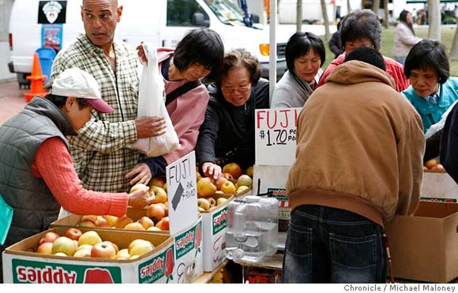 ###Live Caption:The last of the season's fuji apples at a good price attracted shoppers looking for a bargain at the Heart of the City Farmer's Market at the UN PLaza near the San Francisco, Calif., city hall on May 4, 2008.  Photo by Michael Maloney / San Francisco Chronicle###Caption History:The last of the season's fuji apples at a good price attracted shoppers looking for a bargain at the Heart of the City Farmer's Market at the UN PLaza near the San Francisco, Calif., city hall on May 4, 2008.  Photo by Michael Maloney / San Francisco Chronicle###Notes:###Special Instructions:MANDATORY CREDIT FOR PHOTOG AND SAN FRANCISCO CHRONICLE/NO SALES-MAGS OUT Photo: Michael Maloney