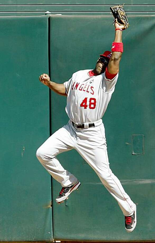 Los Angeles Angels center fielder Torii Hunter catches a fly ball hit to the wall by Oakland Athletics' Raji Davis during the first inning of a baseball game Sunday, Oct. 4, 2009, in Oakland, Calif. (AP Photo/Ben Margot) Photo: Ben Margot, AP