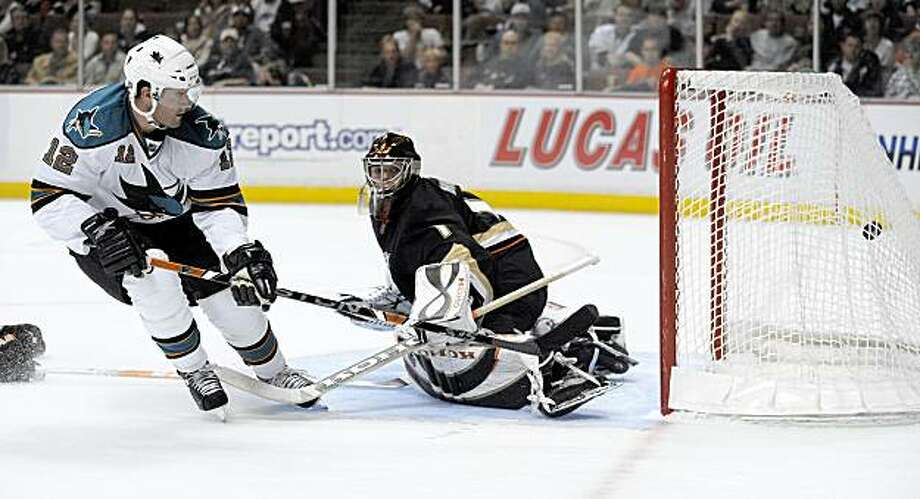 San Jose Sharks center Patrick Marleau, left, scores past Anaheim Ducks goalie Jonas Hiller in the first period of a NHL hockey game in Anaheim, Calif., Saturday, Oct. 3, 2009. (AP Photo/Chris Carlson) Photo: Chris Carlson, AP