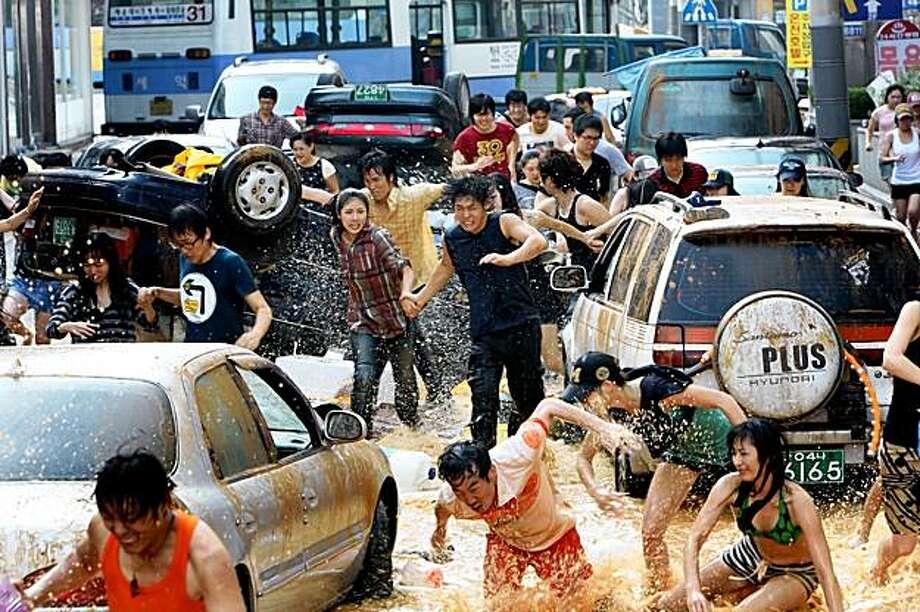 "A scene from Yoon Je-Kyun's ""Haeundae,"" a South Korean disaster film about a tsunami. Photo: CJ Entertainment"