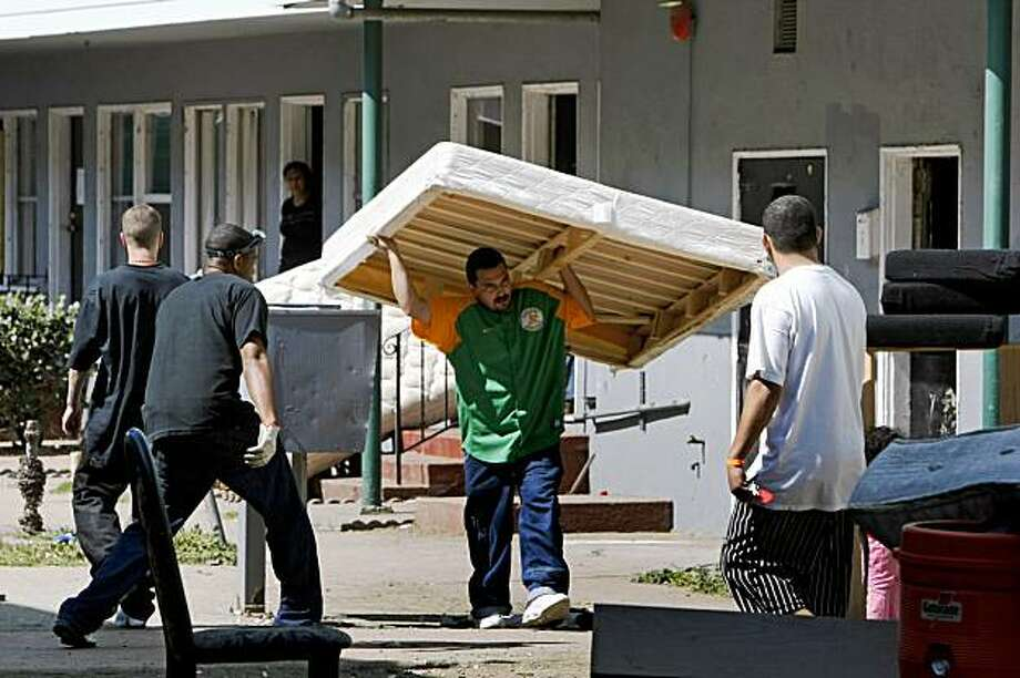 Volunteers along with residents of an apartment building at 2555 Foothill Blvd in Oakland Aug 26, 2009 remove items from apartments as the residents collected their belongings after Oakland fire officials ordered all 200 out Tuesday. The apartments have a myriad of code violations including mold that was discovered following a small fire. Photo: Lance Iversen, The Chronicle
