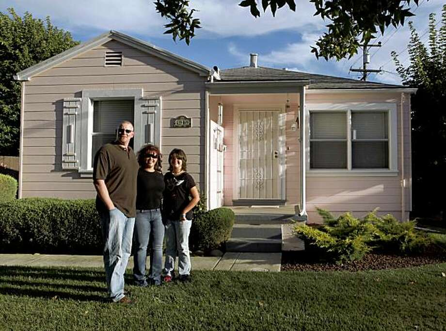 Jay Nielsen was outbid by buyers offering all cash 10 times, but then he got creative and went door to door leaving notes saying he was househunting. The approach paid off with a house being sold by long-time owners that he's in contract to buy. He is shown here in front of the Vallejo, Calif., home on Wednesday, August 12, 2009, that he will soon own with his girlfriend, Stephanie Boursaw and her daughter, Jaydee Boursaw. Photo: Carlos Avila Gonzalez, The Chronicle