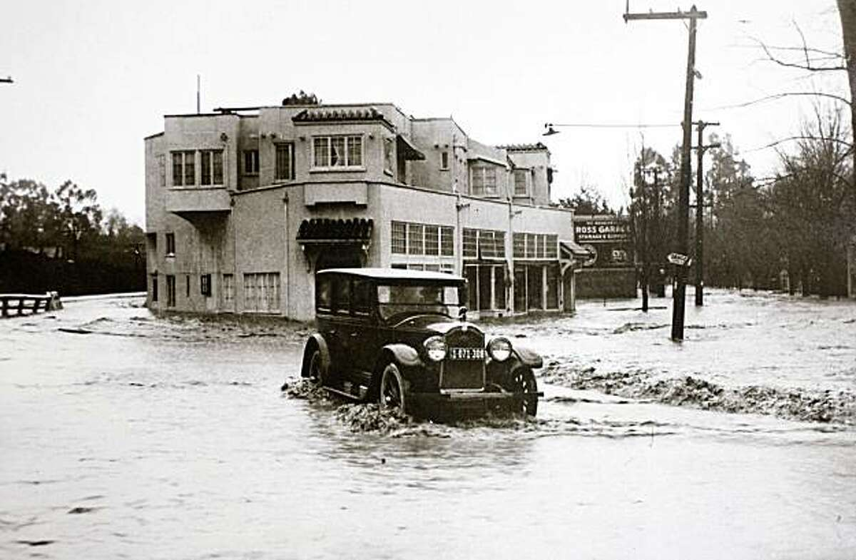 The Ross business district during a flood circa 1925. Poplar Avenue is on the right side of the buildings.