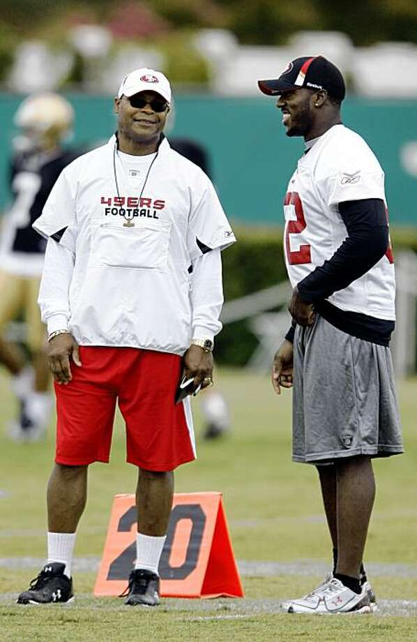 San Francisco 49ers head coach Mike Singletary, left, talks with linebacker Patrick Willis during NFL football training camp in Santa Clara, Calif., Monday, Aug. 3, 2009. (AP Photo/Jeff Chiu) Photo: Jeff Chiu, AP