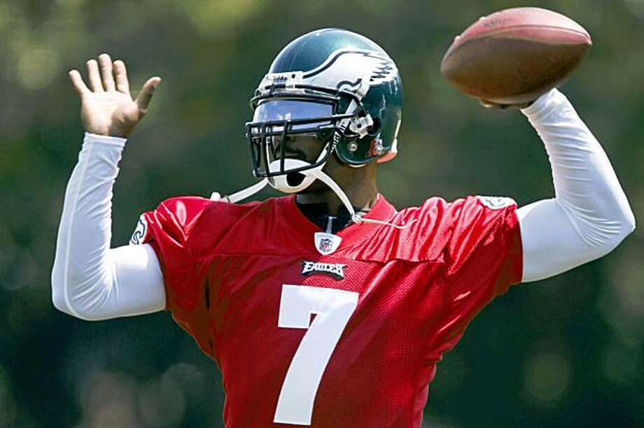 Philadelphia Eagles quarterback Michael Vick throws a pass during afternoon practice at NFL football training camp in Philadelphia, Saturday, Aug. 15, 2009. (AP Photo/Matt Rourke) Photo: Matt Rourke, AP