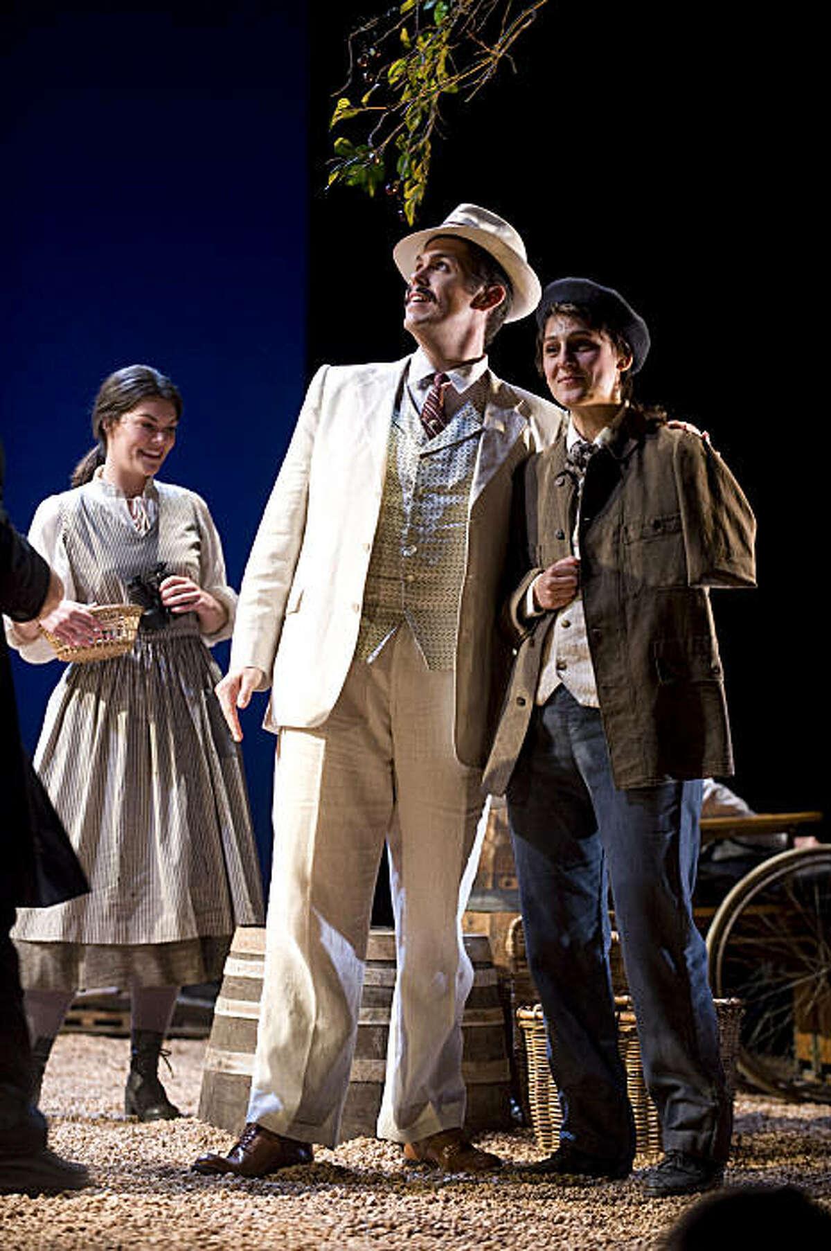 Sara Gartland (l.) as Suzel, Nathaniel Peake as Fritz, Maya Lahyani as Beppe in Mascagni's