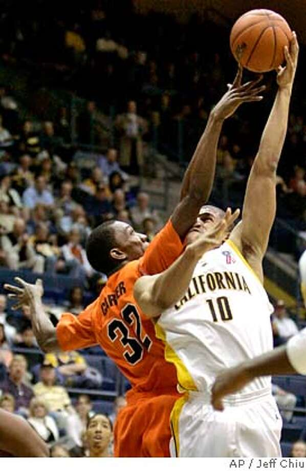 California forward Jamal Boykin, right, attempts a shot, and is fouled by Oregon State forward/center Sean Carter in the first half of a college basketball game in Berkeley, Calif., Thursday, Feb. 7, 2008. (AP Photo/Jeff Chiu) EFE OUT Photo: Jeff Chiu
