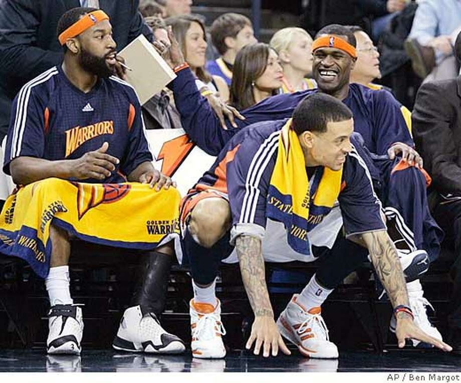 From left, Golden State Warriors Baron Davis, Matt Barnes, and Stephen Jackson watch during the fourth period of a basketball game against the Charlotte Bobcats Friday, Feb. 1, 2008, in Oakland, Calif. (AP Photo/Ben Margot) EFE OUT Photo: Ben Margot
