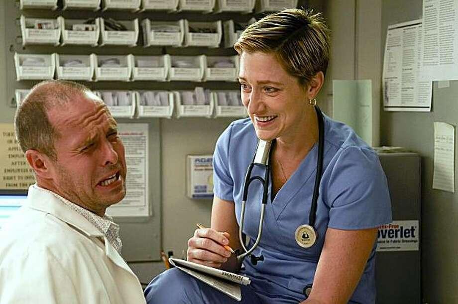 Paul Schulze as Eddie and Edie Falco as Jackie Peyton in Nurse Jackie (Episode 2) - Photo: Ken Regan/Showtime - Photo ID: nurse_jackie_102_0486 Photo: Ken Regan/©Showtime