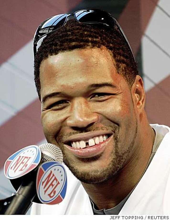 New York Giants defensive end Michael Strahan smiles during media day for the NFL's Super Bowl XLII in Glendale, Arizona January 29, 2008.     REUTERS/Jeff Topping (UNITED STATES) Photo: JEFF TOPPING, REUTERS