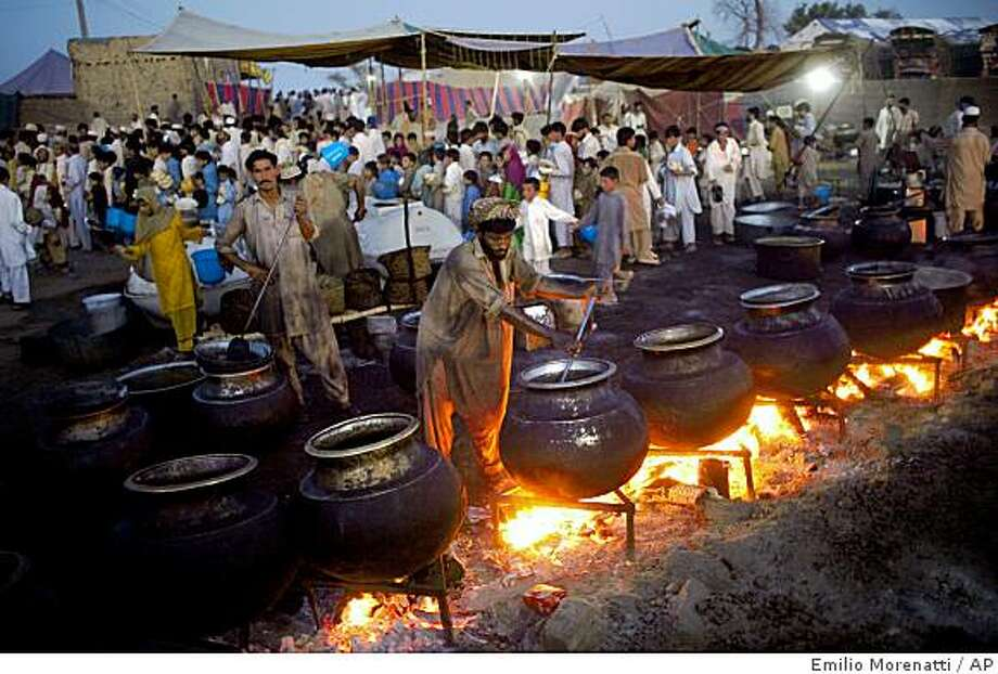 A cook makes food for displaced people at the Chota Lahore refugee camp, at Swabi, in northwest Pakistan, Friday, May 29, 2009. The U.N. humanitarian chief issued a desperate appeal for hundreds of millions of dollars to help 2.4 million Pakistanis who have fled the war against Taliban militants, warning that the U.N. can only sustain its current aid efforts for one month. (AP Photo/Emilio Morenatti) Photo: Emilio Morenatti, AP