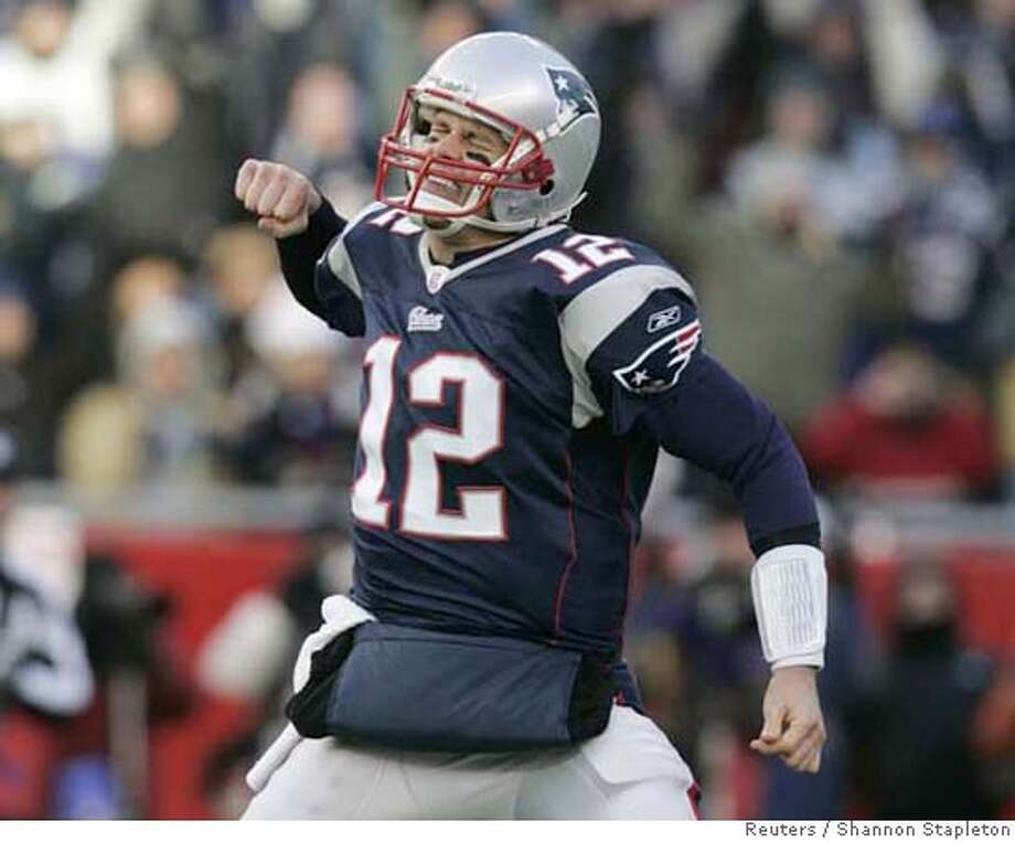 New England Patriots quarterback Tom Brady celebrates his team's second quarter touchdown against the San Diego Chargers in the NFL's AFC Championship football game in Foxborough, Massachusetts January 20, 2008. REUTERS/Shannon Stapleton (UNITED STATES) Photo: SHANNON STAPLETON