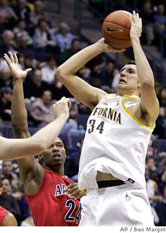 California's Ryan Anderson (34) goes up for a shot against Arizona's Fendi Onobun (24) during the first half of a basketball game Saturday, Jan. 19, 2008, in Berkeley, Calif. (AP Photo/Ben Margot) EFE OUT Photo: Ben Margot