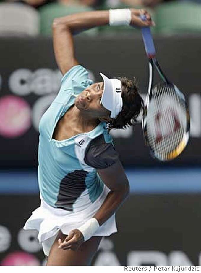Venus Williams of the U.S. serves to Poland's Marta Domachowska at the Australian Open tennis tournament in Melbourne January 21, 2008. REUTERS/Petar Kujundzic (AUSTRALIA) 0 Photo: PETAR KUJUNDZIC