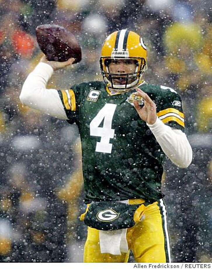 Green Bay Packers quarterback Brett Favre passes in the first quarter against Seattle Seahawks during their NFC Divisional NFL playoff football game in Green Bay, Wisconsin, January 12, 2008.     REUTERS/Allen Fredrickson (UNITED STATES) Photo: Allen Fredrickson, REUTERS