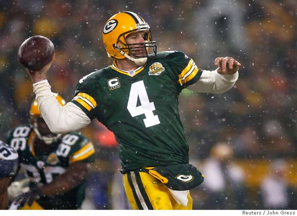 Green Bay Packers quarterback Brett Favre passes against the Seattle Seahawks during their NFC Divisional NFL playoff football game in Green Bay, Wisconsin, January 12, 2008. REUTERS/John Gress (UNITED STATES) 0