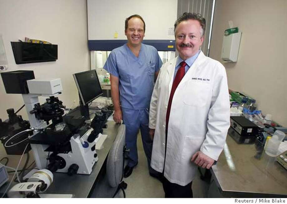Andrew French (L) and Samuel Wood are pictured in one of their labs at Stemagen, a small biotech company in La Jolla, California, January 17, 2008. The company burst into the controversial stem cell field on Thursday with a report that it had been the first lab to clone human embryos and prove it. REUTERS/Mike Blake (UNITED STATES) Photo: MIKE BLAKE
