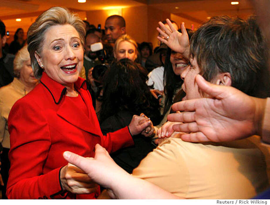 US Democratic presidential candidate Senator Hillary Clinton (D-NY) greets workers at the Mandalay Bay hotel and casino on caucus day in Las Vegas January 19, 2008. REUTERS/Rick Wilking (UNITED STATES) US PRESIDENTIAL ELECTION CAMPAIGN 2008 (USA) Photo: RICK WILKING
